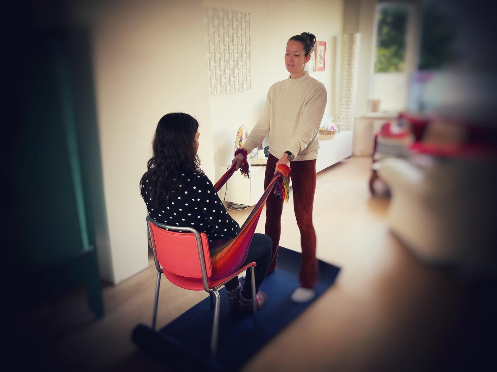 Rebozo massage zittend - Doula Tessa